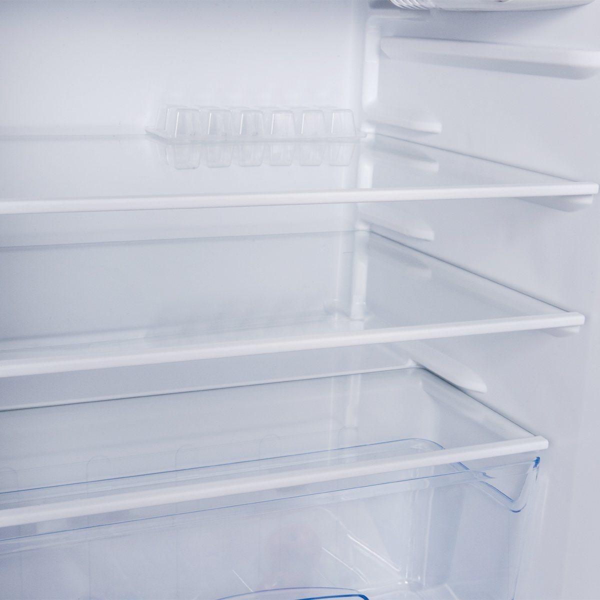 Einteilung von Fächer und Boxen im Einbaukühlschrank mit Gefrierfach