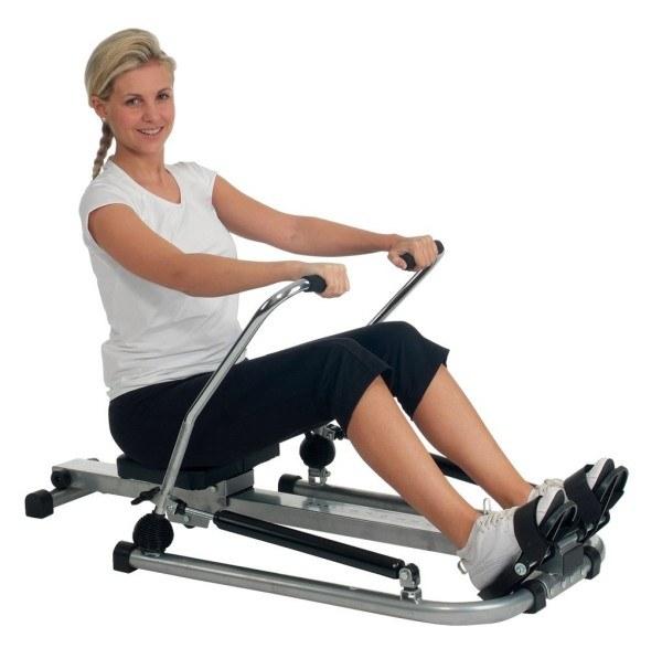 Frau bei Übungen auf Rudergerät