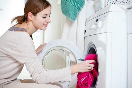 Die Waschmaschine wird mit schmutziger Wäsche befüllt