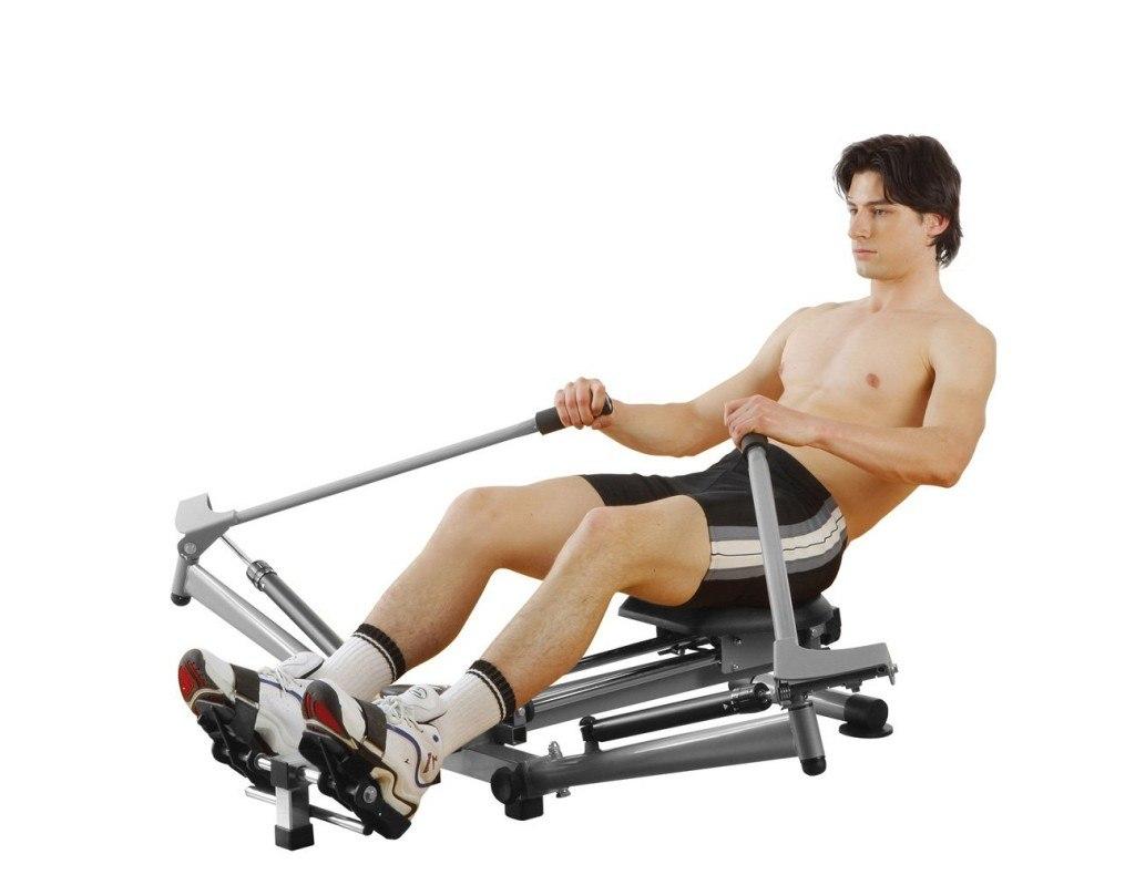 Mann trainiert auf einem Rudergerät