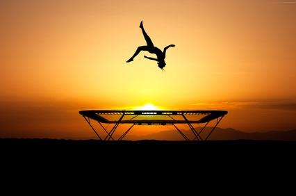 Trampolin springen in der freien Natur macht unglaublich viel Spaß!