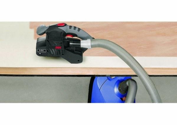 Der Bandschleifer kann auch mit einem Staubsauger genutzt werden