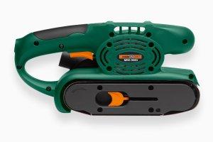 Der Meister Craft MBS 900D Bandschleifer schleift zuverlässig Oberflächen ab.