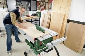 Die Verwendung der Bosch PTS 10 Tischkreissäge ist einfach und sicher.