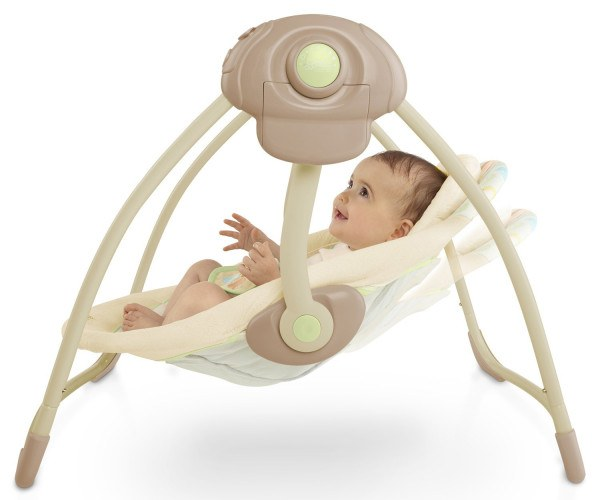 Die Babys haben Spaß in der Babywippe