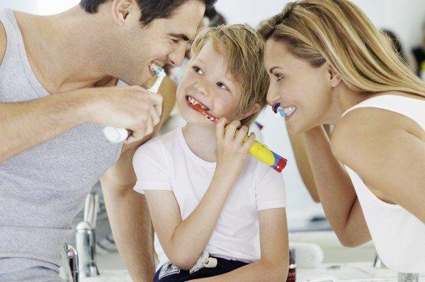 Die ganze Familie putzt ihre zähne mit Oral-B