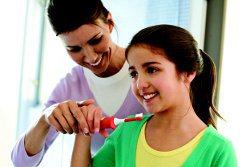 Die Kinder lernen das Zähneputzen von den Eltern