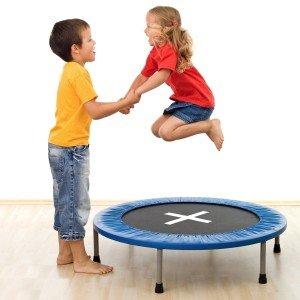 Mädchen springt auf einem Minitrampolin