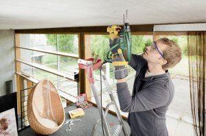 Mit dem Bohrhammer Bosch PBH 2100 Re kann man bequem über Kopf arbeiten