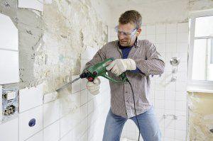 Mit dem Bohrhammer Bosch PBH 2100 Re können Wände aufgestemmt werden