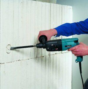 Mit dem Bohrhammer Makita HR2450 24mm können mühelos Löcher in Wände gebohrt werden