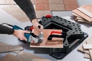 Der Bosch GWS 22-230 JH Professional Winkelschleifer schneidet mühelos Fliesen.