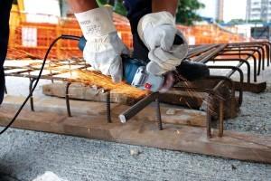Mit dem Bosch GWS 22-230 JH Professional Winkelschleifer kann problemlos Metall getrennt werden.