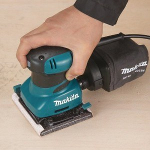 Viel Druck ist bei der Handhabung des Makita BO 4556 Faust-Schwingschleifer nicht nötig.