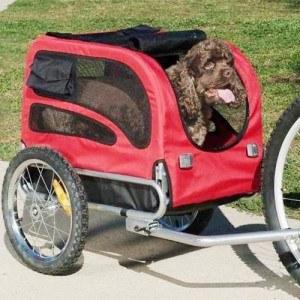 Auch Hunde können im Fahrradanhänger komfortabel transportiert werden.