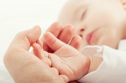 Der plötzliche Kindstod macht vielen Eltern Angst, doch mithilfe eines Babyphones lässt sich das Risiko minimieren.