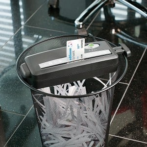 Der General Office Aktenvernichter-Aufsatz kann auf runden und eckigen Papierkörben aufgesetzt werden