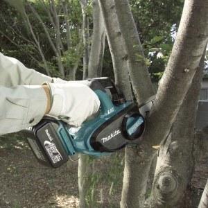 Anwendung der Akku-Kettensäge Makita BUC122RFE