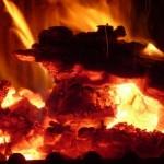 Brennende Holzkohlen für optimalen Grillerfolg