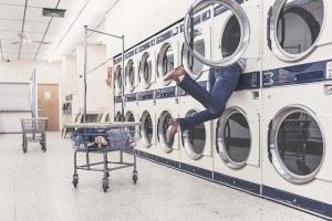 Großer Waschsalon mit Trocknern