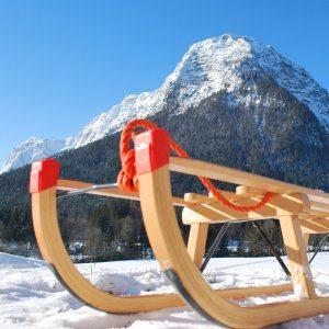 Der Ultrasport Rodelschlitten Davosverfügt über rote Applikationen