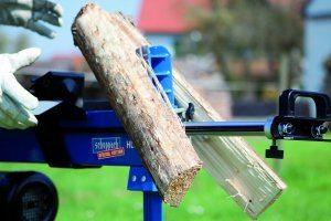 Die einzelnen Teile sind nach dem Spalten mit einem Holzspalter direkt in der richtigen Größe verfügbar.