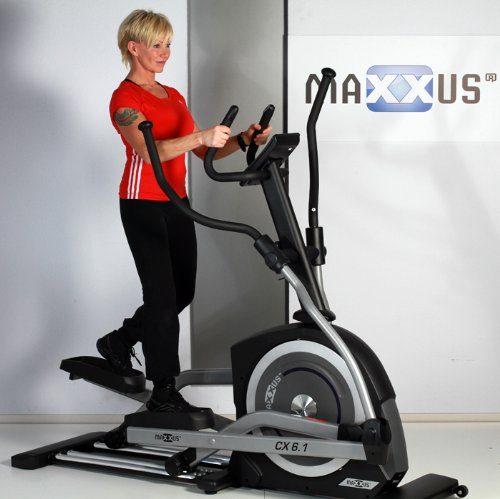 Frau beim Training auf Crosstrainer Maxxus CX 6.1