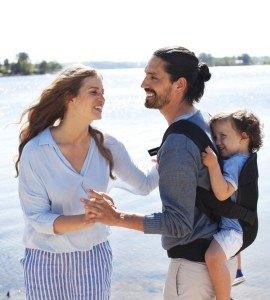 Babytrage Mutter Vater und Kind