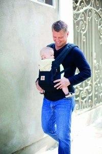 ERGObaby Babytrage Vater mit Kind