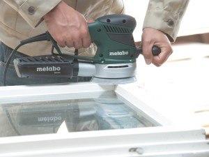 Exzenterschleifer Metabo im Einsatz auf Holzoberfläche