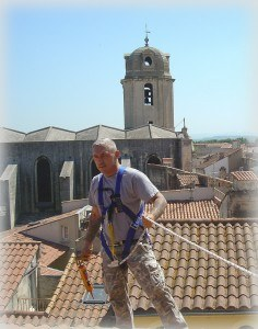 Gerade für Dachinstallationen sollten Sie sich einen Fachmann holen.