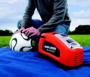 Aufpumpen eines Fußballs mit einem Kompressor
