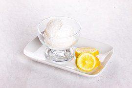 Eiscreme Zitrone angerichtet mit Frucht