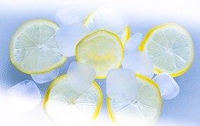 Zitrone inmitten von Eiswürfeln