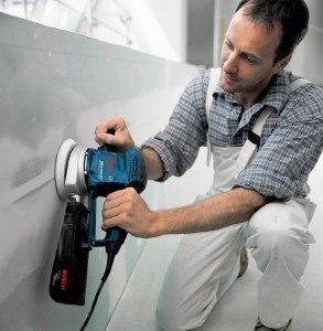 Handwerker mit Bosch Exzenterschleifer