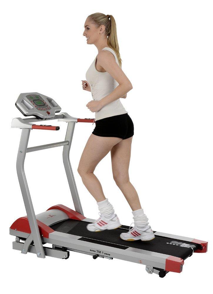 Frau trainiert mit Christopeit elektrisches Laufband TM1