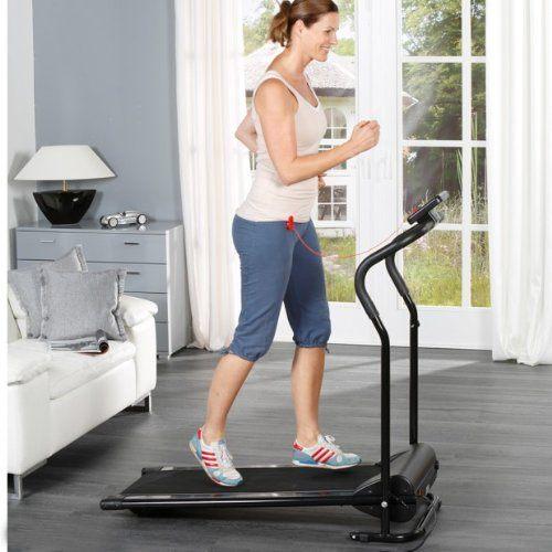 Frau beim Training auf einem Laufband von aktiv-Vital