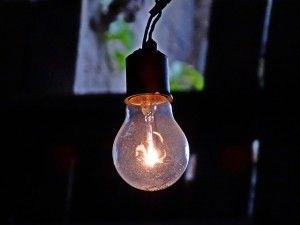 Glühbirne leutet im Dunkeln