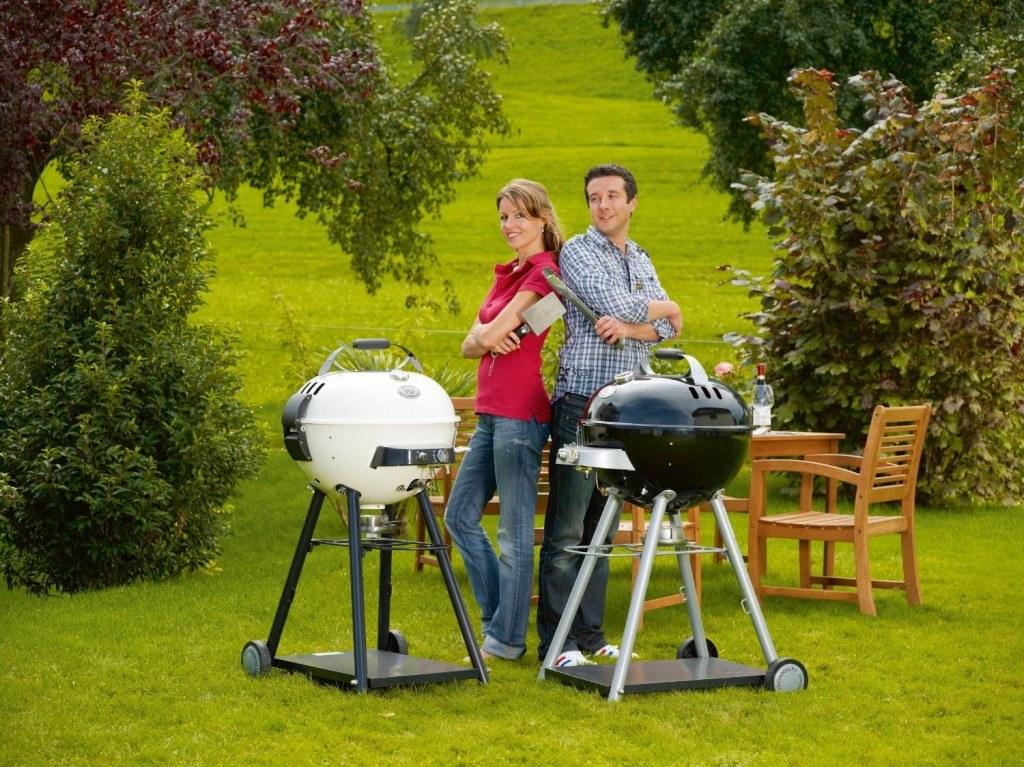 Ein Paar beim Grillen mit Gasgrill im Freien