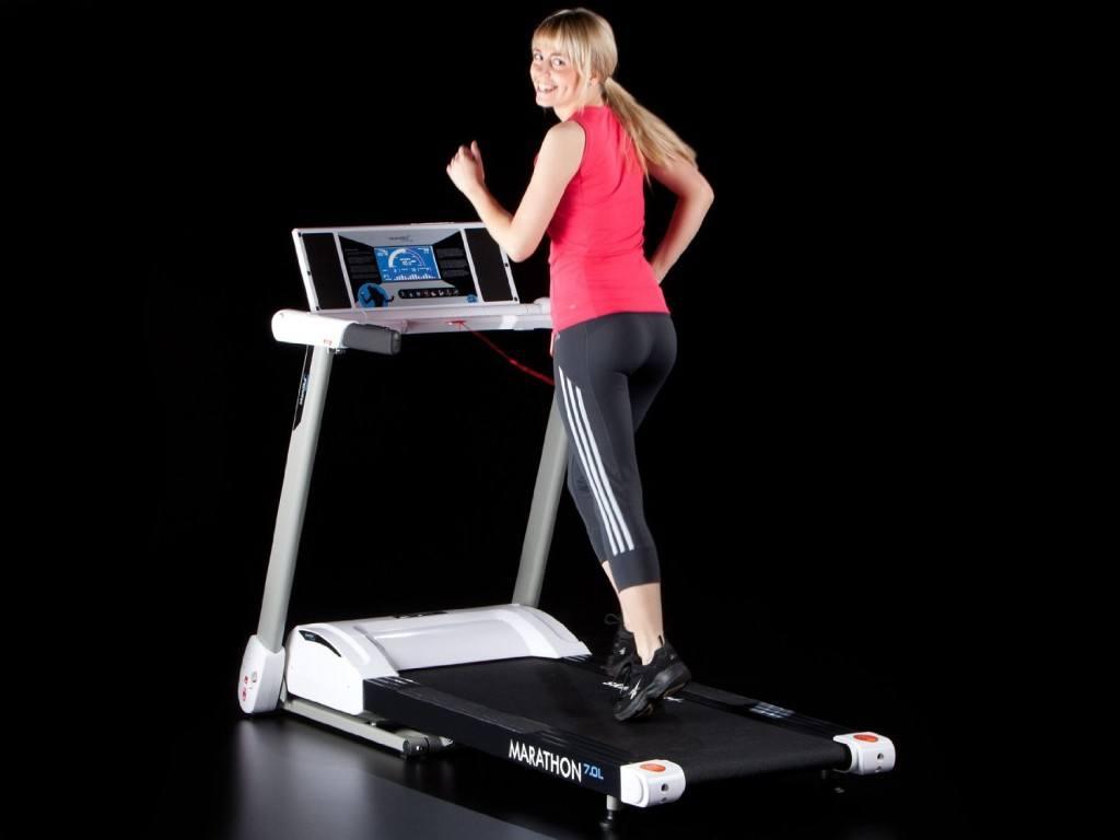 Frau trainiert auf einem Skandika Laufband Marathon