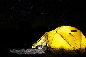 Stromerzeugung nachts im Zelt