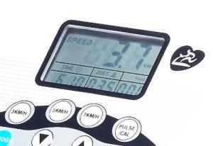 Ein Display informiert euch über die wichtigsten Daten während des Laufens auf dem newgen medicals Profi-Laufband.
