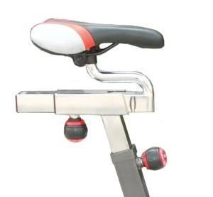 Der Sattel des AsVIVA Heimtrainer Real Indoor Cycle Cardio lässt sich sehr individuell einstellen.