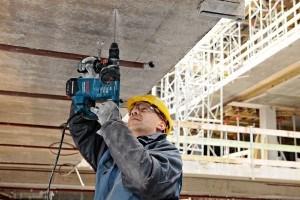 Bohrhammer von Bosch im Einsatz auf Beton