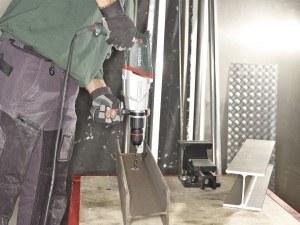 Metabo Bohrhammer bearbeitet Stahlträger