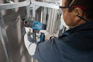 Arbeiten mit einem Bosch Bohrhammer im Rohbau