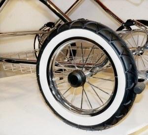 Der Retro Kinderwagen von Eichhorn hat stylische Reifen.