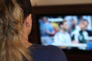 Mädchen sieht fern über Satellit