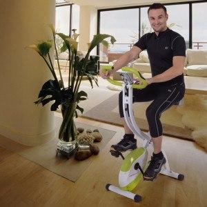 Auf dem Heimtrainer lässt sich auch in der kleinsten Wohnung Sport machen.