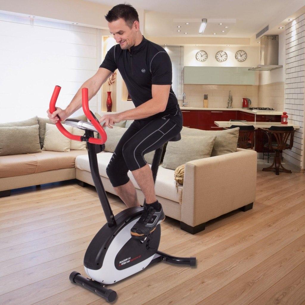 Mann trainiert auf einem Heimtrainer Spinning Bike